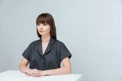 donna casuale che si siede alla tavola Immagini Stock Libere da Diritti