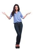 Donna casuale che vi accoglie favorevolmente con un sorriso Fotografia Stock