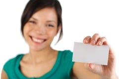 Donna casuale di affari con il biglietto da visita in bianco Immagine Stock Libera da Diritti