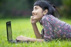Donna casuale di affari con il computer portatile Fotografia Stock