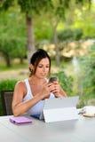 Donna casuale professionale con il computer portatile e lo smartphone fuori Fotografia Stock