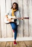 Donna casuale sorridente che gioca chitarra Fotografie Stock Libere da Diritti