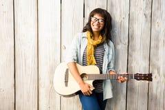 Donna casuale sorridente che gioca chitarra Fotografia Stock