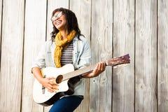 Donna casuale sorridente che gioca chitarra Fotografia Stock Libera da Diritti