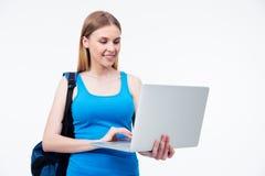 Donna casuale sorridente che per mezzo del computer portatile Fotografia Stock