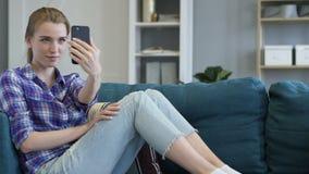 Donna casuale in strato che prende Selfie su Smartphone stock footage