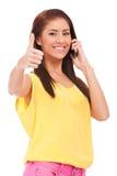 Donna casuale sul telefono con i suoi pollici in su Fotografia Stock Libera da Diritti