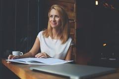 Donna caucasica affascinante che gode della calma e del resto dopo il lavoro sul suo computer portatile Immagini Stock Libere da Diritti