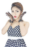 Donna caucasica alla moda giovane che posa retro designazione Immagini Stock