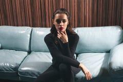 Donna caucasica alla moda in vestiti neri rigorosi fotografia stock libera da diritti
