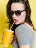 Donna caucasica attraente con una tazza di carta di succo Fotografie Stock Libere da Diritti
