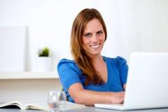 Donna caucasica attraente dell'allievo sul computer portatile Immagini Stock