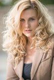 Donna caucasica bionda abbastanza attraente di affari Fotografia Stock