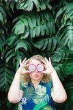 Donna caucasica bionda che tiene le fette di frutta del drago di Pitaya davanti ai suoi occhi, bacianti fotografie stock