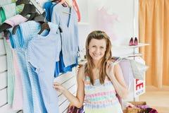 Donna caucasica Charming che fa sorridere di acquisto Immagine Stock