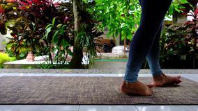 Donna caucasica che fa gli esercizi speciali per riabilitare i muscoli del piede dopo la lesione archivi video