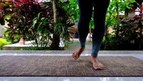 Donna caucasica che fa gli esercizi speciali per riabilitare i muscoli del piede dopo la lesione video d archivio