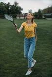 Donna caucasica che gioca volano sul campo verde Fotografia Stock