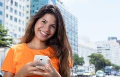 Donna caucasica che invia messaggio con il telefono Immagini Stock