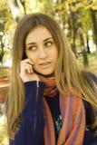 Donna caucasica che invita il suo telefono Immagini Stock