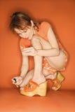 Donna caucasica che vernicia le sue unghie del piede. Fotografia Stock Libera da Diritti