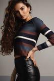 Donna caucasica con i capelli lunghi ricci Fotografia Stock