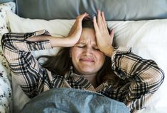 Donna caucasica con i problemi di disturbi del sonno Immagine Stock Libera da Diritti