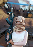 Donna caucasica con una pistola nella sciarpa araba Fotografia Stock Libera da Diritti