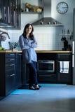 Donna caucasica in cucina Fotografie Stock Libere da Diritti