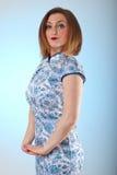 Donna caucasica del redhair in cinese il vestito Fotografia Stock Libera da Diritti