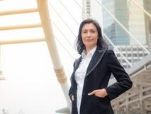 Donna caucasica di affari felice e sorridere fotografia stock libera da diritti