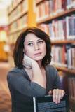 Donna caucasica di medio evo in biblioteca Fotografia Stock
