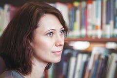 Donna caucasica di medio evo in biblioteca Fotografie Stock
