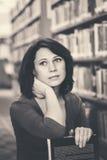 Donna caucasica di medio evo in biblioteca Fotografia Stock Libera da Diritti