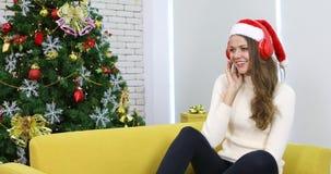 Donna caucasica felice in cappello di Santa stock footage