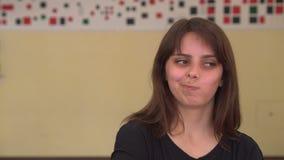 Donna caucasica nel suo ribaltamento di anni venti 20s Emozione triste della ragazza video d archivio