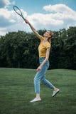 Donna caucasica sorridente che gioca volano al parco Fotografia Stock