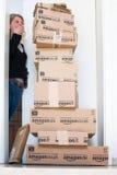 Donna che è colpita da Amazon consegna di COM Immagine Stock