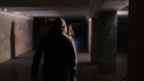 Donna che è inseguita dal criminale con il coltello alla notte video d archivio