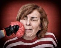 Donna che è perforata nel suo fronte Immagini Stock Libere da Diritti