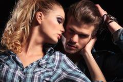 Donna che abbraccia il suo amante Fotografie Stock