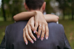 Donna che abbraccia un uomo nel parco Immagine Stock