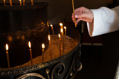 Donna che accende le candele Immagine Stock Libera da Diritti