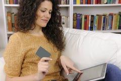 Donna che acquista in linea con l'accreditamento o la scheda del regalo Fotografie Stock Libere da Diritti