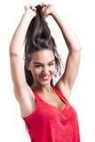 Donna che afferra i suoi capelli Fotografie Stock Libere da Diritti