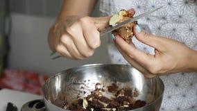 Donna che affetta il burro di cacao per la cottura del cioccolato fatto domestico fotografia stock