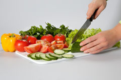 Donna che affetta insalata Fotografia Stock
