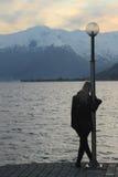 Donna che affronta tramonto Immagine Stock