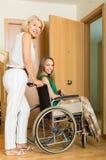 Donna che aiuta ragazza handicappata Immagini Stock