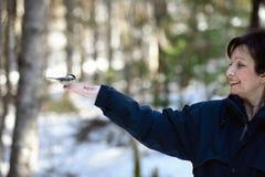 Donna che alimenta un uccello fotografia stock